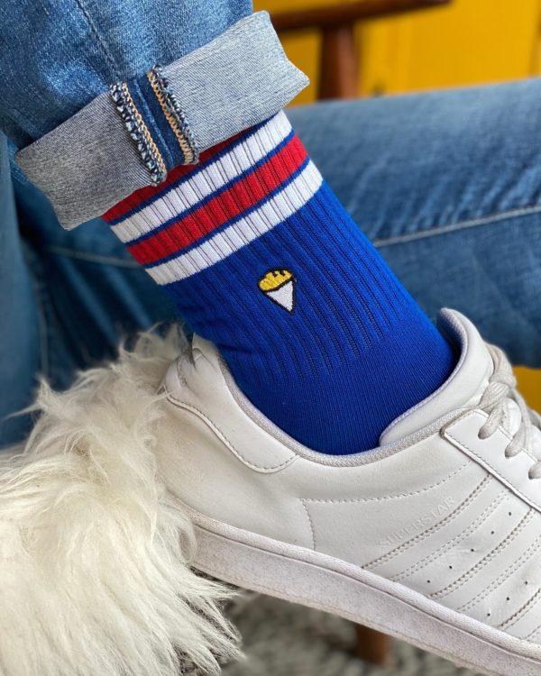Chaussettes bleues avec emoji de paquet de frites